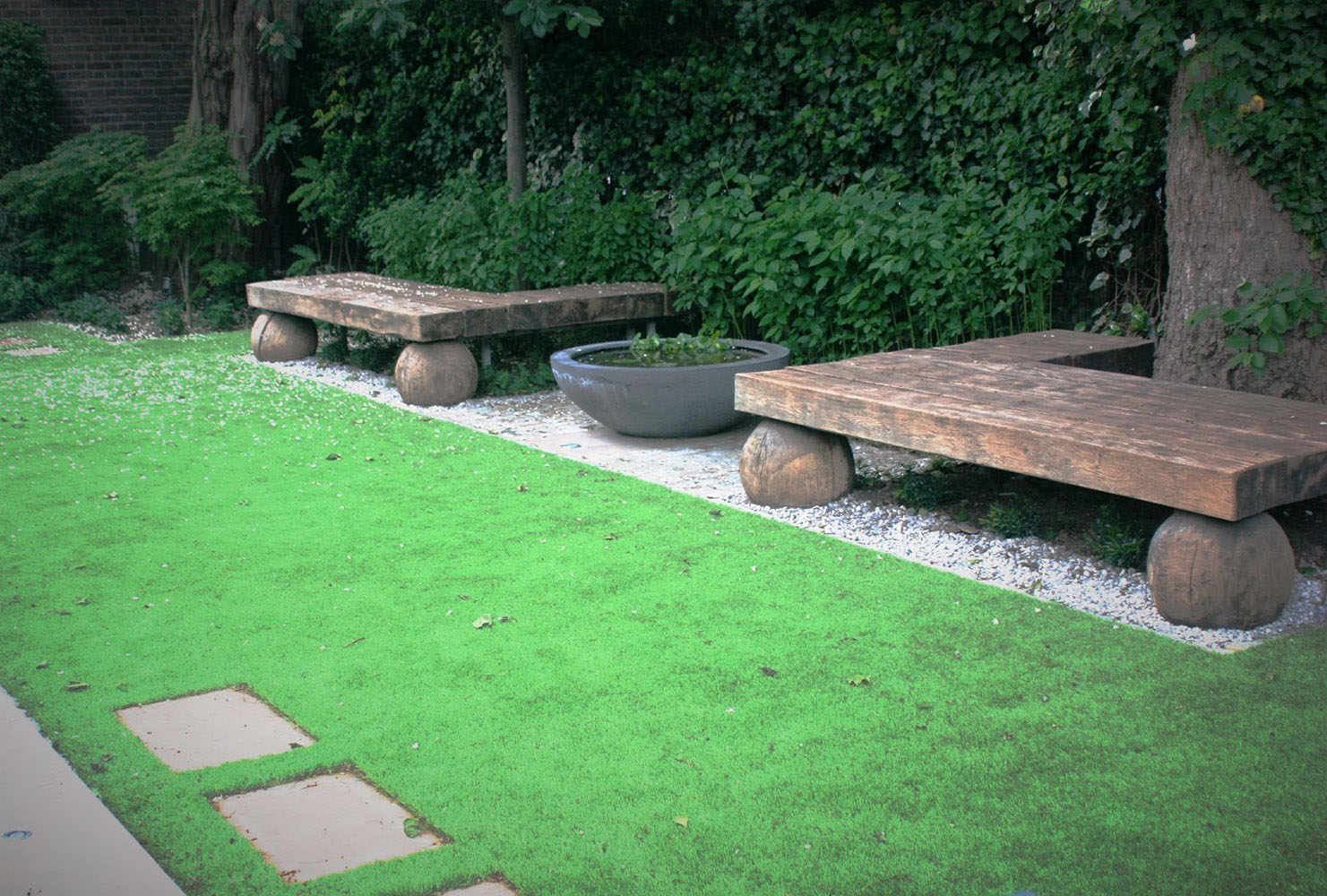 City Retreat Garden London. Bespoke sculptural seating and planter next to lawn. Rae Wilkinson Garden and Landscape Design - Garden Designer Sussex, Surrey, London, South-East England