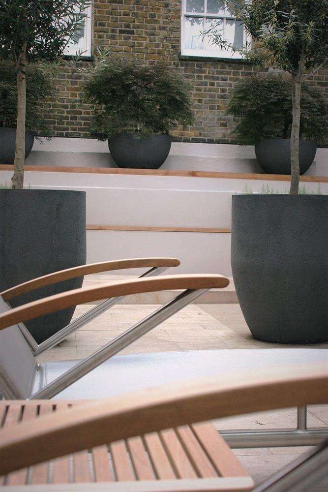 City Retreat Garden London. Close up of water feature. Rae Wilkinson Garden and Landscape Design - Garden Designer Sussex, Surrey, London, South-East England
